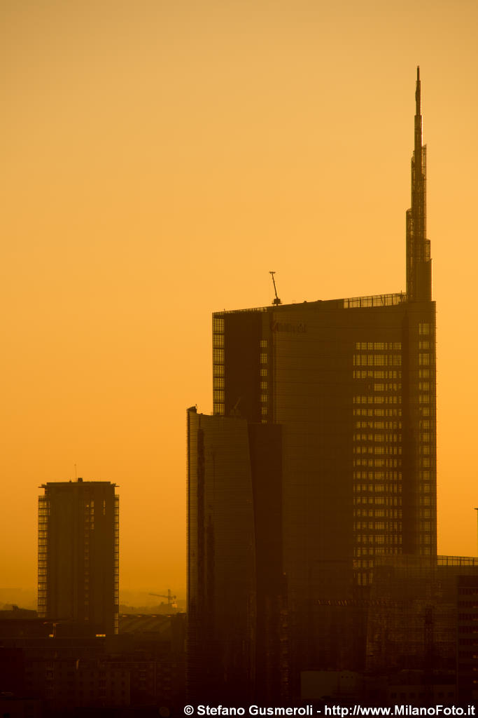 Torre Pelli controluce all'alba - click to next image